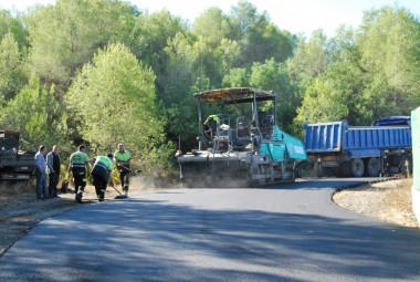 Operaris treballant en l'asfaltat